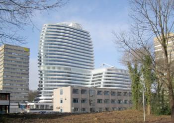 Een oriëntatiesysteem voor het nieuwe rijkskantoor in Groningen waar dit gebouw van UNStudio inmiddels een begrip is. Zowel vanaf het spoor als vanf de A7 markeert het de entreé naar de stad. Het ontwerp valt op door bol staande gevels en ronde contouren. De verdiepingen worden omzoomd door vinnen die een rol spelen bij de klimaatbeheersing in